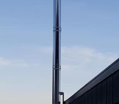 Edelstahlschornstein mit freier Auskragung von 3,0m durch spezielle Halterung. Angeschlossen sind zwei Pelletöfen - Ort: Horb-Ihlingen