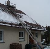 Sanierungsarbeiten mit Dachgerüst und Auzug