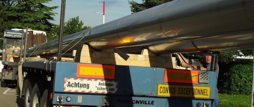 Unsere 28m langen, einteiligen  Abgasleitungen nach dem Transport, bereit zur Montage - Ort: Fischerwerke Tumlingen