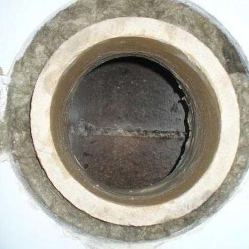 Nachträglich hergestellter Rauchrohranschluß an einen keramischen Schornstein. Hier wird noch das Doppelwandfutter eingemauert und verputzt. Fertig!