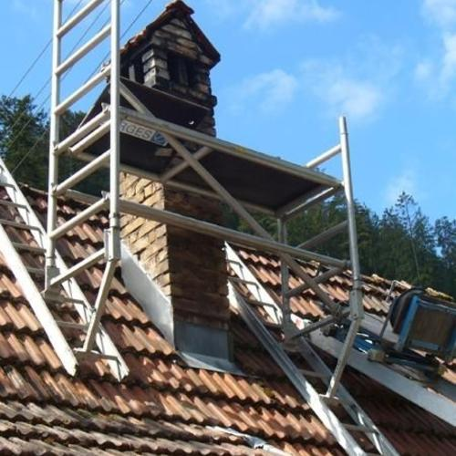 Schornstein wird abgerissen, neu aufgemauert...Der Abtransport des Bauschutts erfolgte mit unsere Schrägaufzug!