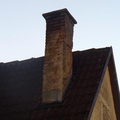 Baufälliger Schornsteinkopf im Originalzustand