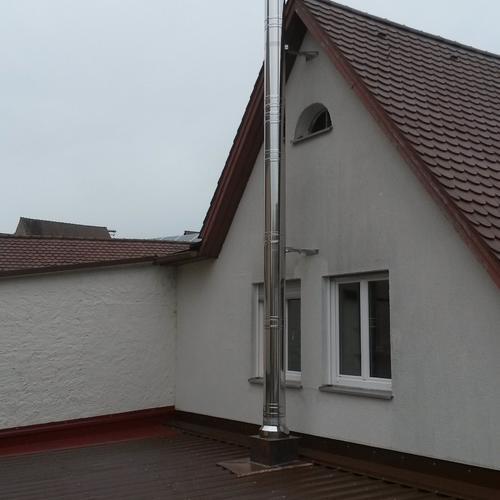 Leichtbauschornstein, über Dach in Edelstahl weitergeführt - Friedrichshafen-Fischbach