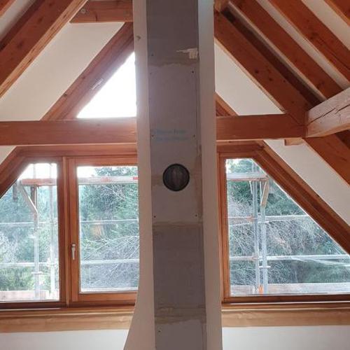 Neuer Schornstein neben alten Schornsteinzug für den Anschluß eines zusätzlichen Ofens im Dachgeschoß