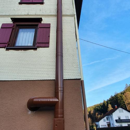 Edelstahlschornstein pulverbeschichtet, passend zum Gebäude
